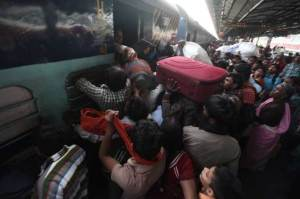 train-crowd (1)